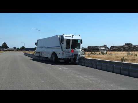 Barrier Transfer Machine - машина переставляет бетонные блоки