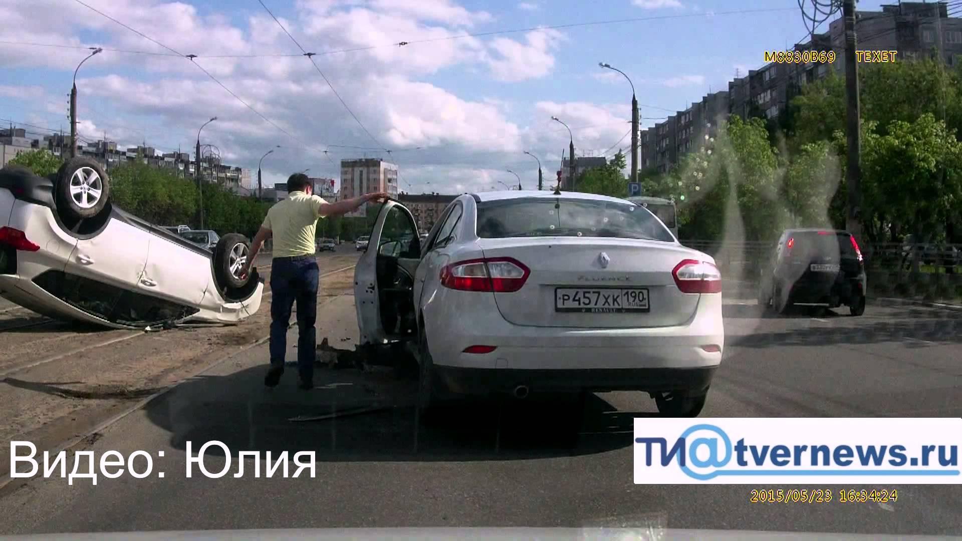 """В Твери """"Рено Флюенс"""" подрезал """"Тойоту RAV-4"""", кроссовер лёг на крышу"""